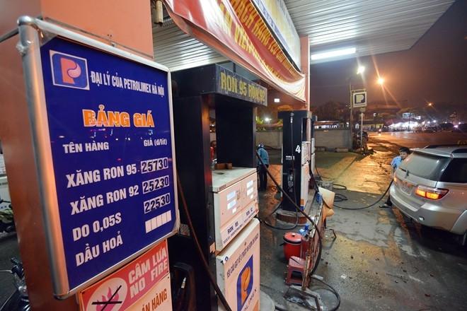 Cây xăng trên Lê Quang Đạo (Hà Nội) vừa niêm yết bảng giá xăng dầu mới. Ảnh: Lê Hiếu