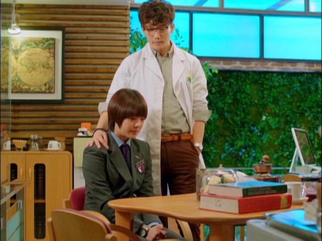 Thầy giáo y tế tốt bụng là người đã giúp đỡ Jae Hee rất nhiều trong việc giả trai