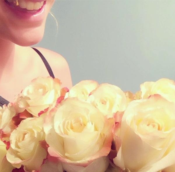Kesha khá là yêu thích những bông hoa. Nụ cười tươi rói của cô khiến cho bức hình trở nên sinh động và đầy sức sống như những đoá hoa cô đang ôm vào người.