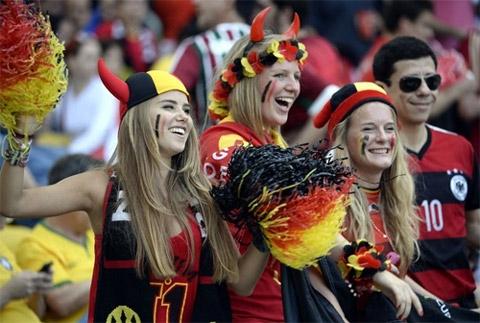 Nụ cười rạng rỡ của các cô gái đến từ Tây Âu