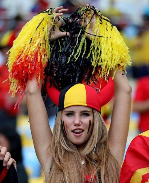 Khuôn mặt trái xoan và đôi môi gợi cảm khiến cho nữ CĐV này được chú ý trong suốt cả trận đấu trên
