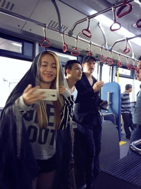 Cả đoàn thích thú vì được đi xe điện, đây là phương tiện được sử dụng khá phổ biến tại Hồng Kông. - Tin sao Viet - Tin tuc sao Viet - Scandal sao Viet - Tin tuc cua Sao - Tin cua Sao