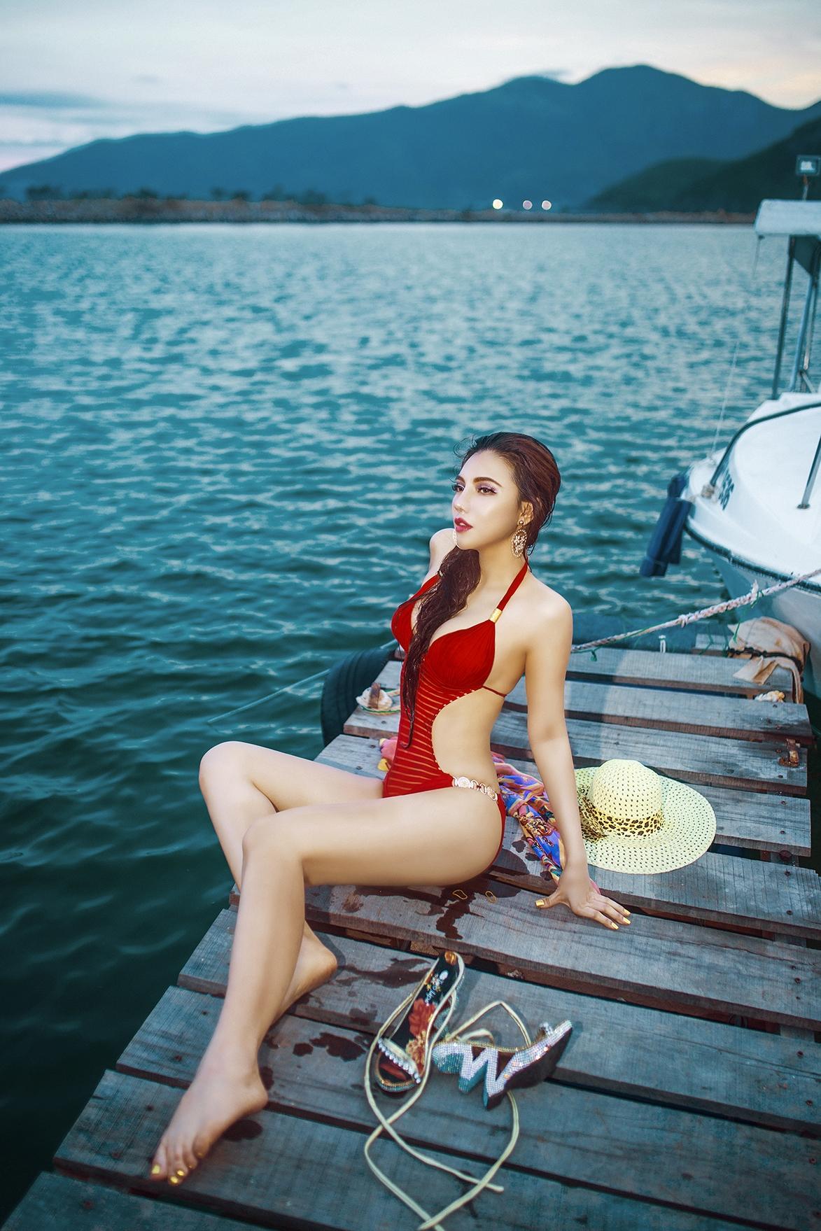 Mỹ nhân Jenny Nguyễn khoe thân hình cực nóng bỏng giữa nắng hè