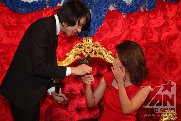 Một khách mời nữ cảm thấy vô cùng bất ngờ trước màn ảo thuật điêu luyện của ảo thuật gia.