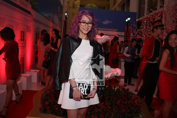 Diện chiếc đầm trắng đến dự sự kiện,An Ngụygây sự chú ý bởi mái tóc màu tím nổi bật.