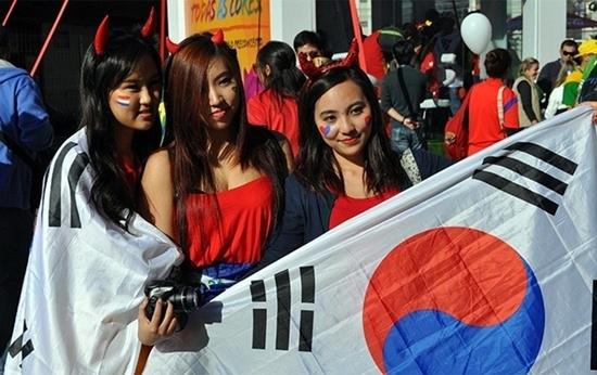 Các bóng hồng xinh đẹp tới cổ vũ Hàn Quốc.