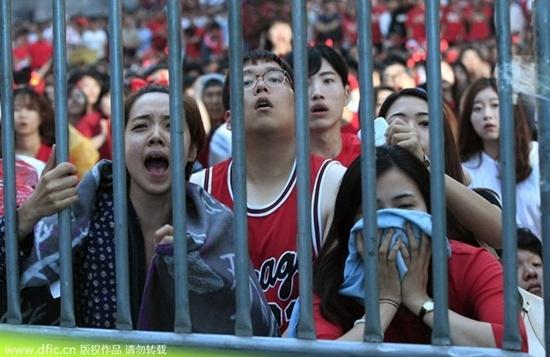 """Tuy nhiên, niềm tự hào của bóng đá châu Á đã không thể giữ vững được phong độ và để thua sốc 2-4 trước đối thủ là Algeria. Sự thất bại của các """"chiến binh Taegeuk"""" khiến cổ động viên Hàn Quốc bất ngờ và suy sụp."""