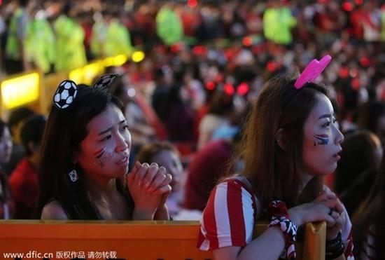 Nữ CĐV xinh đẹp Hàn Quốc lo lắng và bật khóc khi nhìn đội nhà bị dẫn trước.