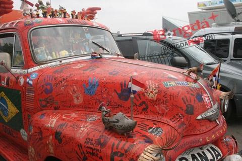 Chiếc xe kỳ dị được đỗ cạnh bãi xe với nhiều ô tô hạng sang