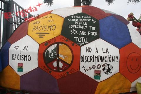 Những thông điệp về chống phân biệt chủng tộc, bóng đá tổng lực,được dán vẽ khắp xe