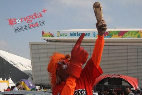 Giấc mơ Hà Lan vô địch World Cup Tác giả chụp ảnh cùng với CĐV Hà Lan kỳ dị