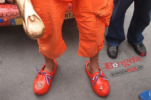 """Đôi giày gỗ kiểu """"cô gái Hà Lan"""""""