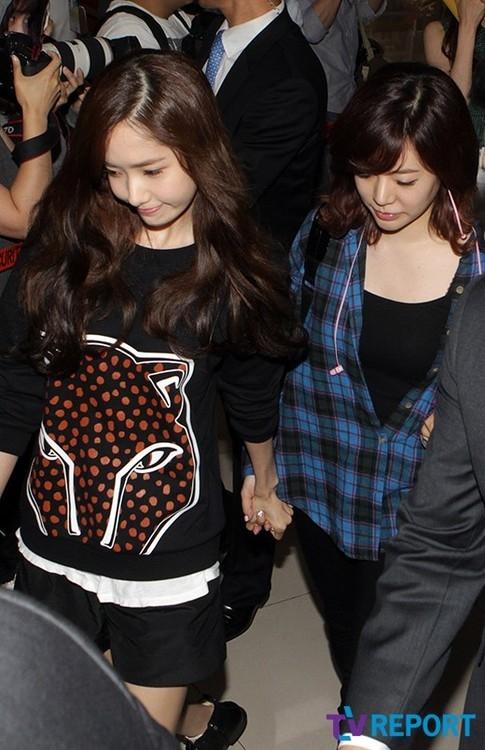 Yoona nắm chặt tay Sunny nhanh chóng bước ra xe