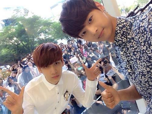 N và Hyuk (VIXX) khoe hình chụp cùng các fan