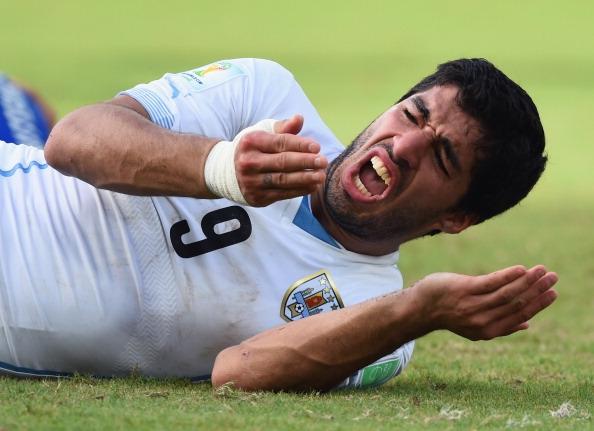 [Bóng Đá] Mất kiểm soát, Suarez lại cắn người
