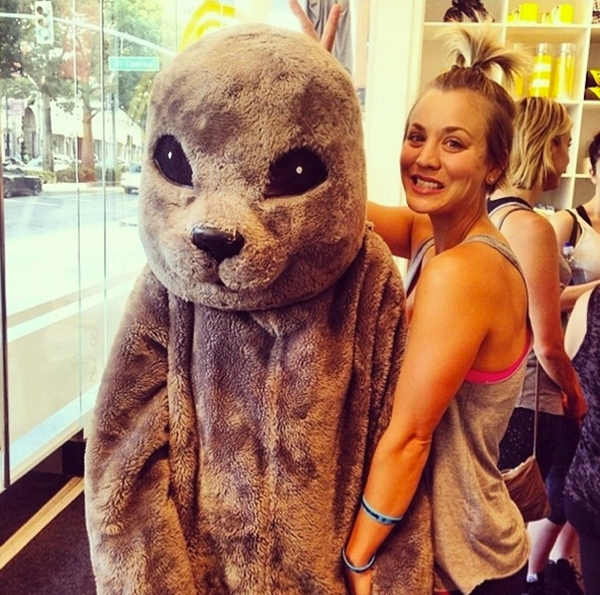 """Kayley Coucovui vẻ khi được chụp hình chung với """"thú"""" khổng lồ."""