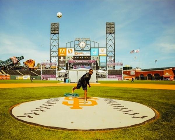 Usherthực hiện màn ném bóng điêu luyện tại công viên giải đấu lớn.