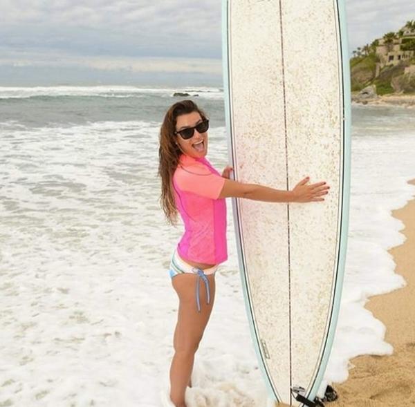 Lea Michelethích thú khi được lướt sóng,