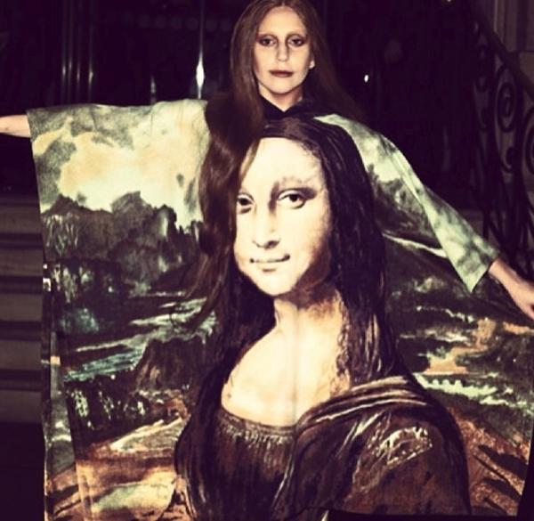 Với chiếc áo khá là nghệ thuật, Lady Gagakhiến cho người ta khá là hoang mang khi nhìn vào không biết ai là người thật, ai là giả vì trông cô khá giống với nàngMona Lisa