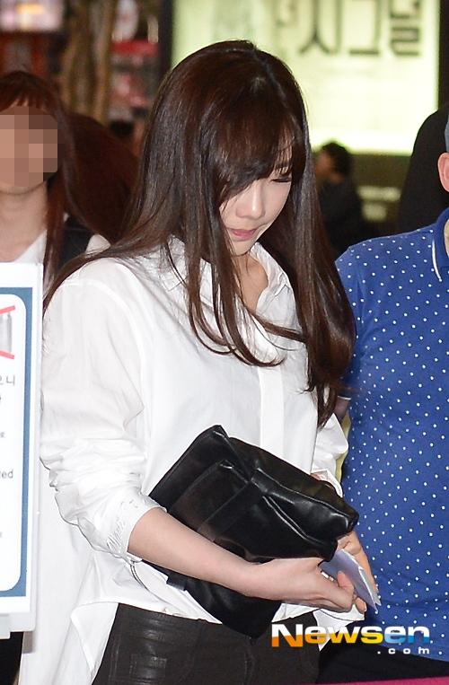 Taeyeon mệt mỏi, né tránh ống kính phóng viên tại sân bay