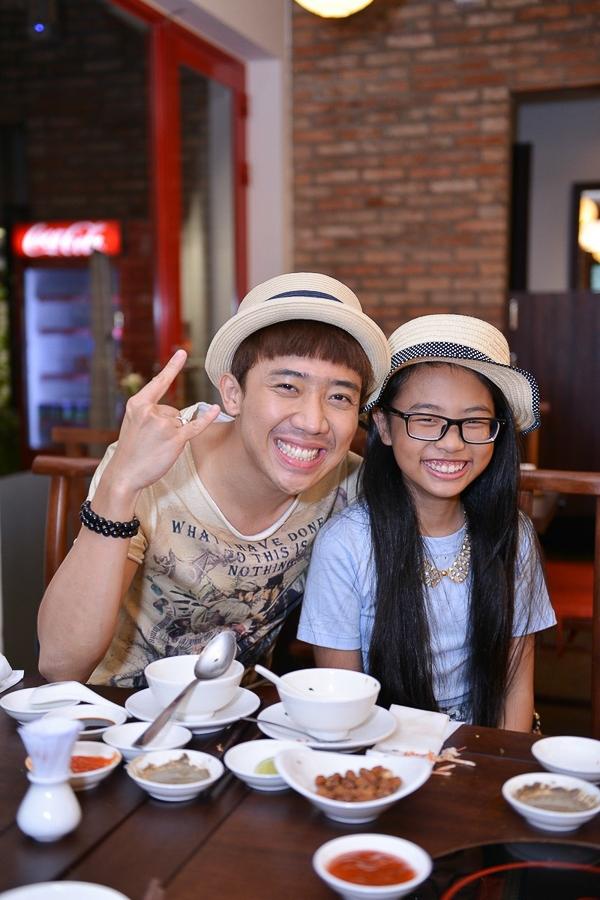 Khi nghe giọng hát của cô bé lớp 5 này, Trấn Thành đã chính thức trở thành fan của Phương Mỹ Chi cũng như giúp đỡ cô bé rất nhiều khi bước chân vào showbiz.