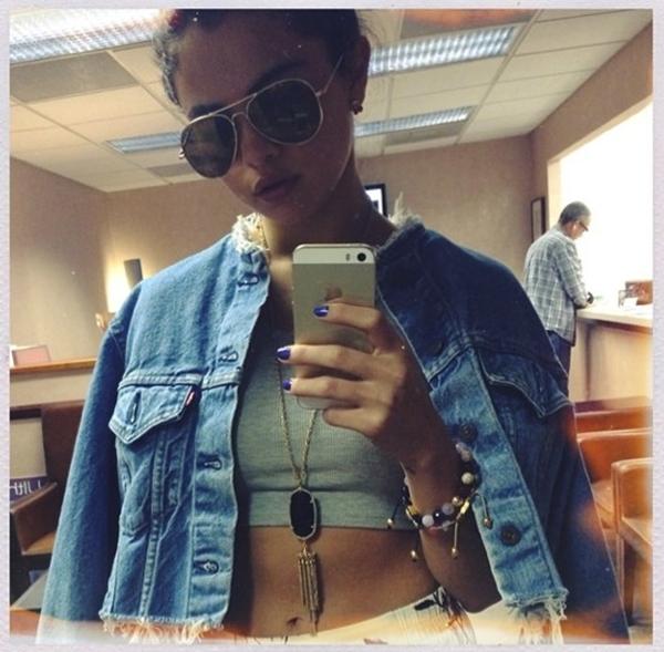 Khá ngầu và cá tính khi chọn cho mình trang phục như thế này, Selena Gomez vẫn có vẻ thu hút người hâm mộ bằng cá tính riêng.