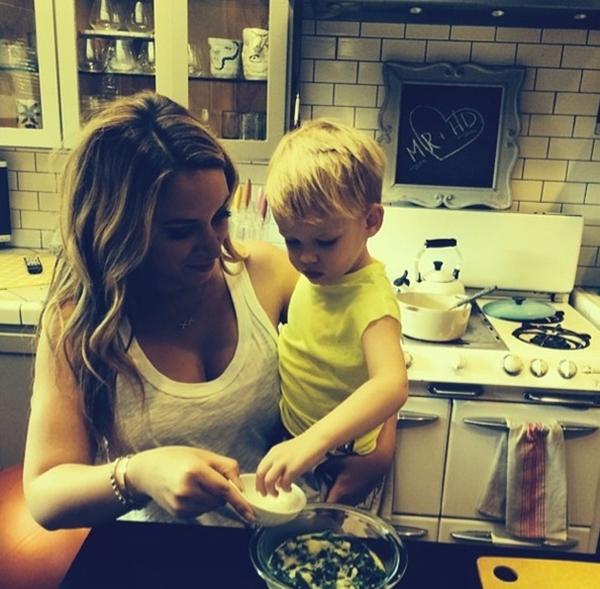 Hilary Duff dạy cho bé con của mình thực hiện một món tráng miệng.