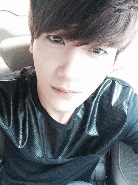 """Hyungsik (ZE:A) khoe hình tự sướng với nội dung: """"Trời nóng quá. Các bạn nhớ chăm sóc sức khỏe nhé! Cùng làm việc chăm chỉ nhé, cám ơn các bạn!"""""""