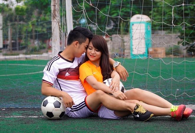 """""""Tôi chỉ đan cài câu chuyện tình yêu của mình vào bộ ảnh để tới gần mọi người hơn. Từ câu chuyện của đôi nam nữ yêu bóng đá, yêu nhau để nói đến tình yêu chung của mọi người dành cho môn thể thao vua này"""" – là điều chàng diễn viên trẻ muốn nhắn nhủ."""