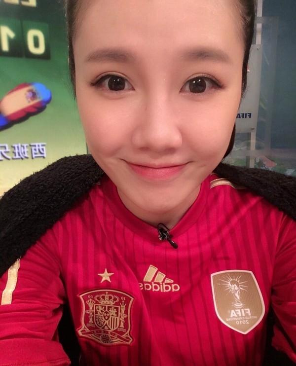 Liu Yuxi mặc áo ĐT Tây Ban Nha trước trận đội này thua Hà Lan