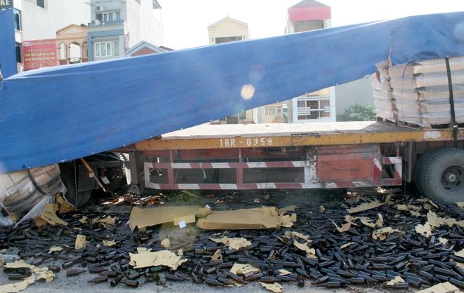 Theo tài xế Thái, 24 kệ vỏ chai bia này được chở từ Hải Phòng về Mê Linh (Hà Nội).