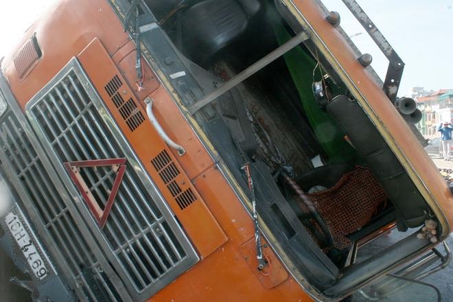 Vụ tai nạn khiến kính chắn gió phía trước xe bị vỡ, rất may tài xế an toàn.