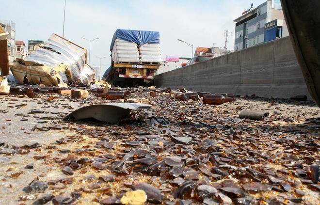 Tuy nhiên, hàng nghìn vỏ chai bia bị vỡ, khiến đường Vành đai 3 trên cao theo hướng về Mai Dịch bị phủ một lớp thủy tinh dày. Đến khoảng 7h, hai xe tải và một máy xúc đã được huy động để dọn những mảnh vỡ này.
