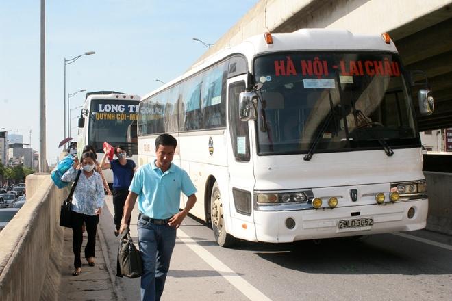 Nhiều người đi trên xe khách phải xuống đường đi bộ để thoát khỏi đoạn ùn tắc này.