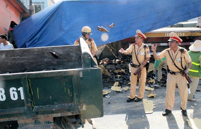Một số chiến sĩ CSGT thuộc đội CSGT số 7 - Phòng CSGT, Công an Hà Nội cũng ra phân luồng và dọn dẹp vỏ chai dưới đường.