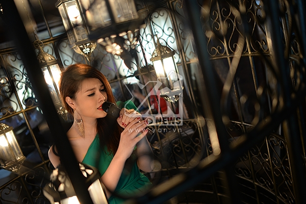 Cận cảnh Ruby Lê ngồi hát trong chiếc lồng sắt khổng lồ. Ruby Lê chụp ảnh cùng nhạc sĩ Soobin.
