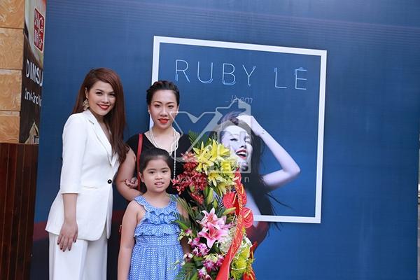 """Ruby Lê bên bạn bè, gia đình trong ngày ra mắt single đầu tay """"Ruby Lê... là em""""."""