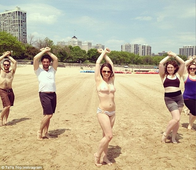 Nở rộ phong trào mặc bikini hình..nhũ hoa tại Mỹ