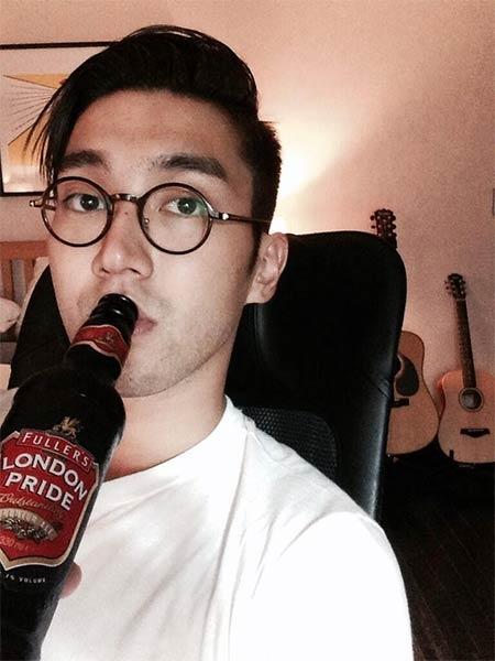 """Siwon khoe hình bên chai bia London Pride với nội dung: """"Tôi đã trải qua một khoảng thời gian vui vẻ cùng với loại bia mà tôi yêu thích này. Đừng lo lắng nhé, chỉ một chai thôi. Ngủ ngon nhé"""""""