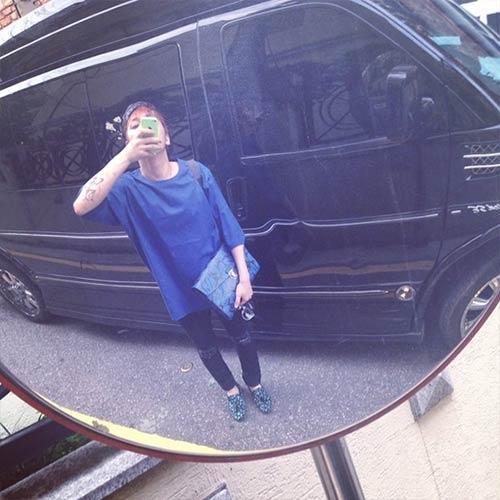 Lee Hong Gi khoe hình tạo dáng đáng yêu giữa đường phố và bất ngờ nhất là anh chàng chụp hình qua gương