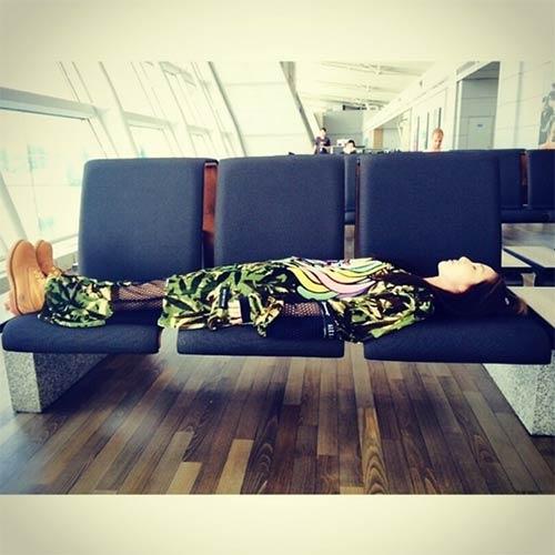 Dara khoe hình đang nằm dài hết cả băng ghế tại sân bay