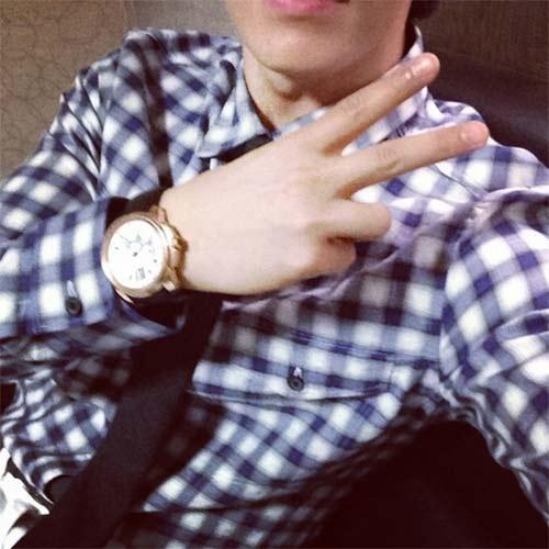 """Donghae khoe hình """"than"""" mệt mỏi nhưng vẫn tạo dáng chữ V"""