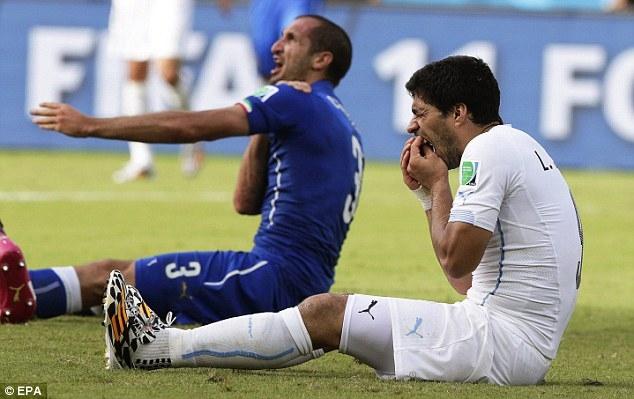 Luis Suarez kiểm tra răng sau khi cắn Chiellini