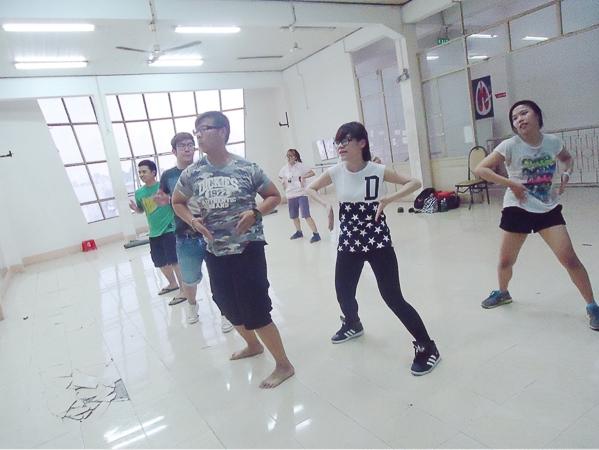 … Và được tập nhảy cùng vũ đoàn Panoma