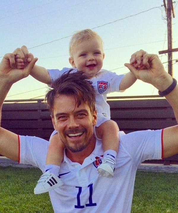 Josh Duhamel và con trai cưng đang khá cuồng nhiệt để cô động World Cup.