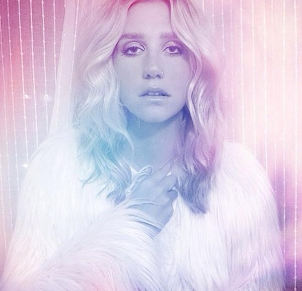 Với hình ảnh mới của mình, Kesha dường như thu hút ánh mắt của khán giả trong một luồng sáng vô hình bao quanh cô.