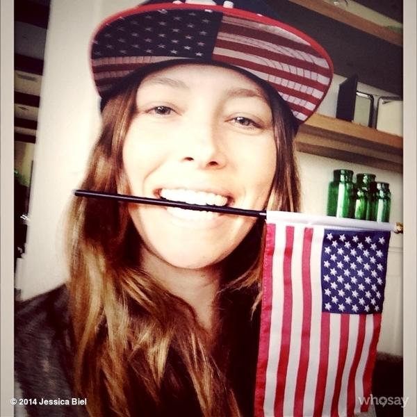 Jessica Biel bày tỏ tình yêu của mình với đội tuyển Mỹ trong trận đấu World Cup.