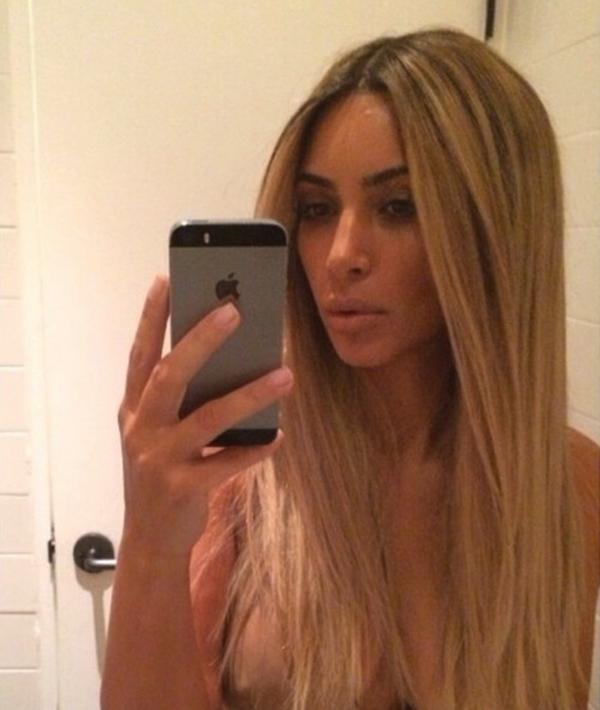 Kim Kardashian khá gợi cảm và gợi sự tò mò khi đăng tải bức ảnh chụp tự sướng như vậy.
