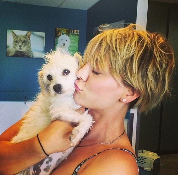 Kaley Couco lại tiếp tục thể hiện tình yêu với chú chó cưng của mình.