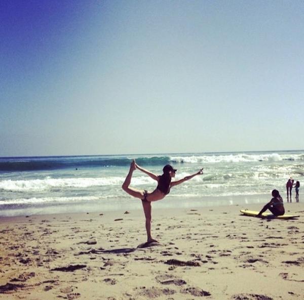 Eliza Dushku đã tranh thủ mọi lúc mọi nơi để tập yoga.